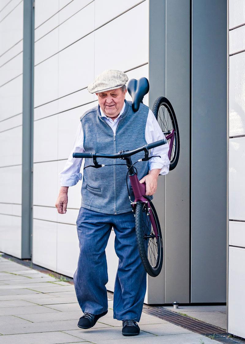 Mann mit Gehilfe für Senioren kommt aus Haustür