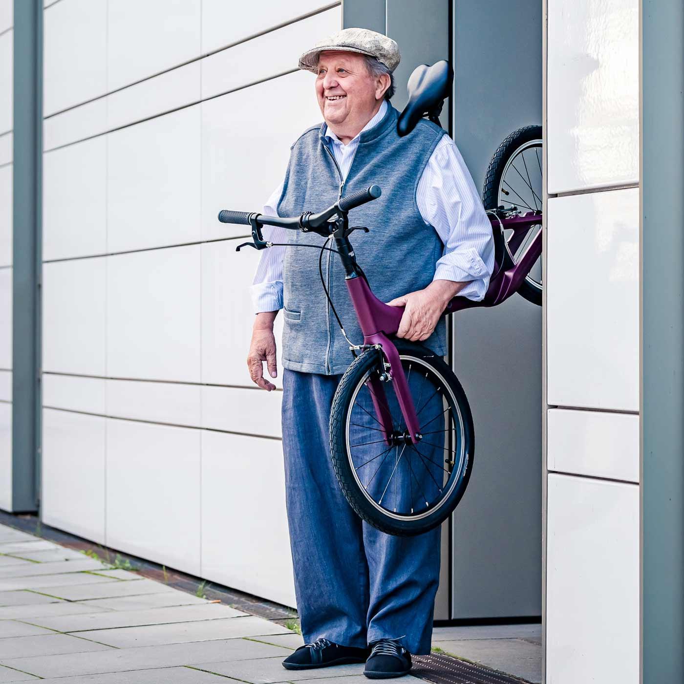Mann trägt federleichtes Laufrad aus Carbon