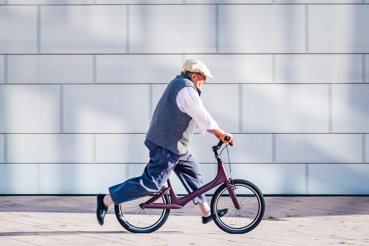 Mann auf Laufrad in Laufbwegegung