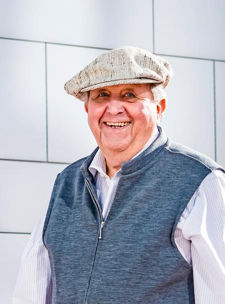Gehhilfe für Senioren- Mann steht neben Laufrad
