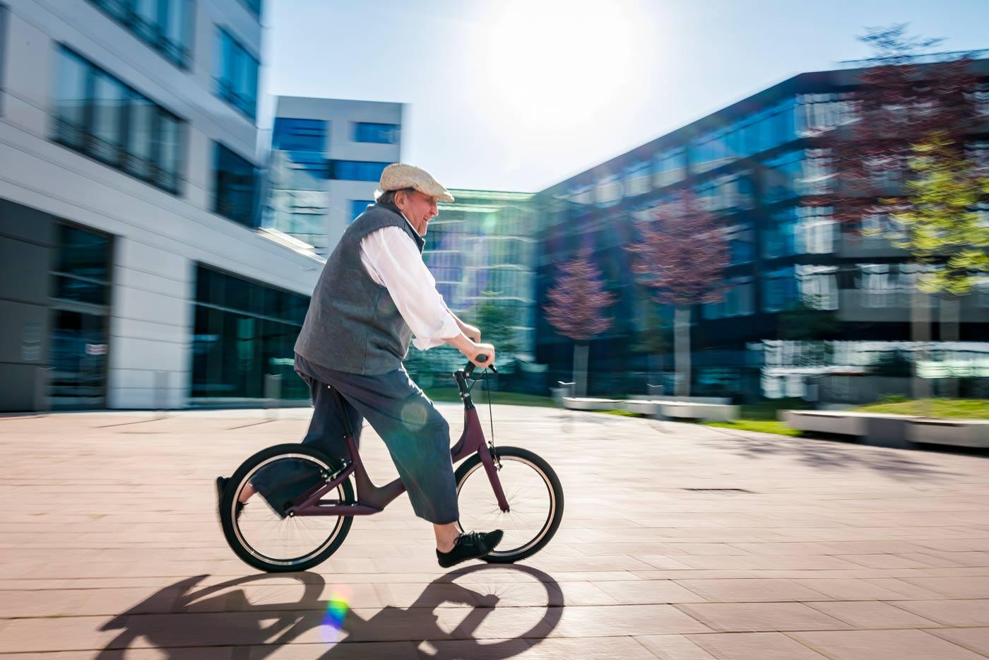 Mann fährt mit Laufhilfe für Senioren über Platz